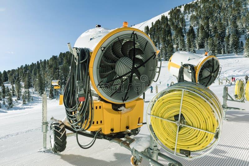 Machines jaunes de ventilateur de neige utilisées pour préparer le ski en dolomites photo libre de droits