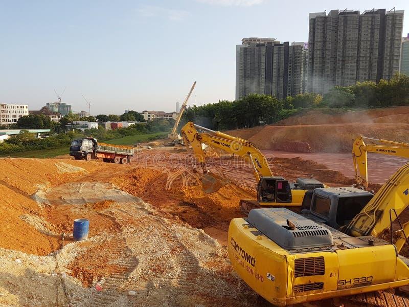 Machines lourdes faisant le site de terrassement se dégageant au chantier de construction photos stock