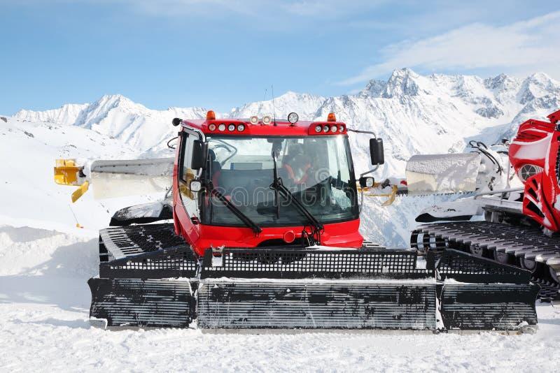 Machines pour des préparations de pente de ski images libres de droits
