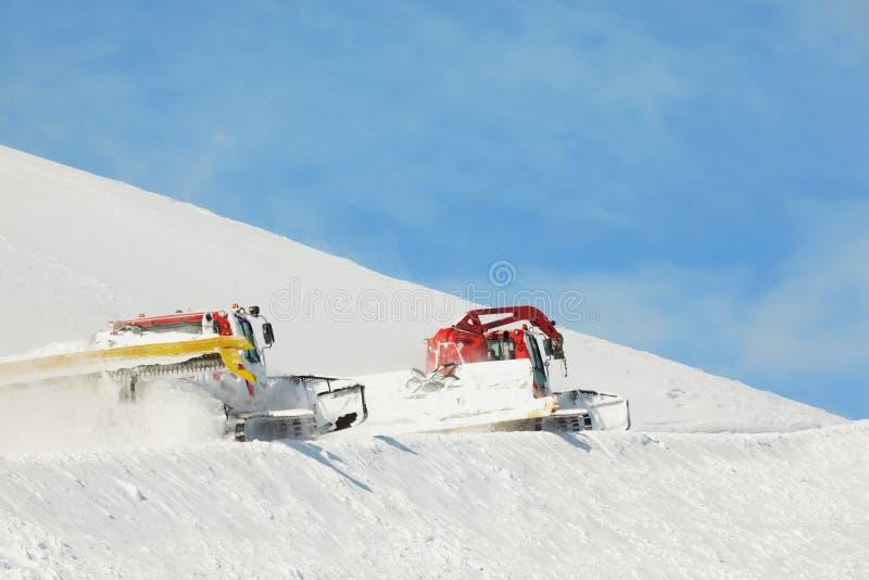 Machines pour le travail de ski de pente images stock