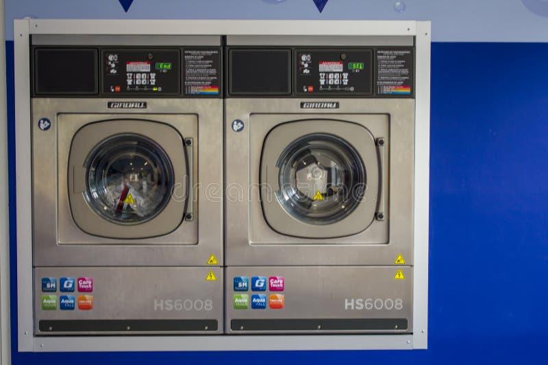 Machines sèches dans la blanchisserie de service d'individu image stock