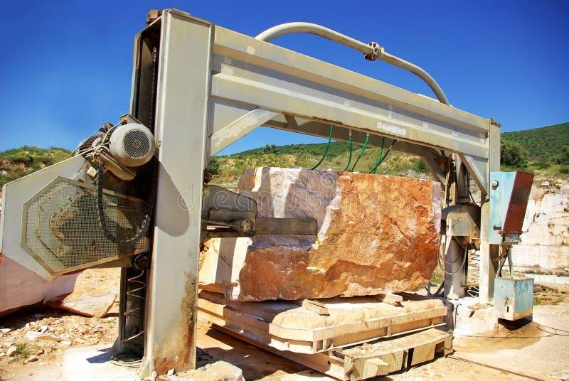 Machines in steengroeve van marmer. stock foto