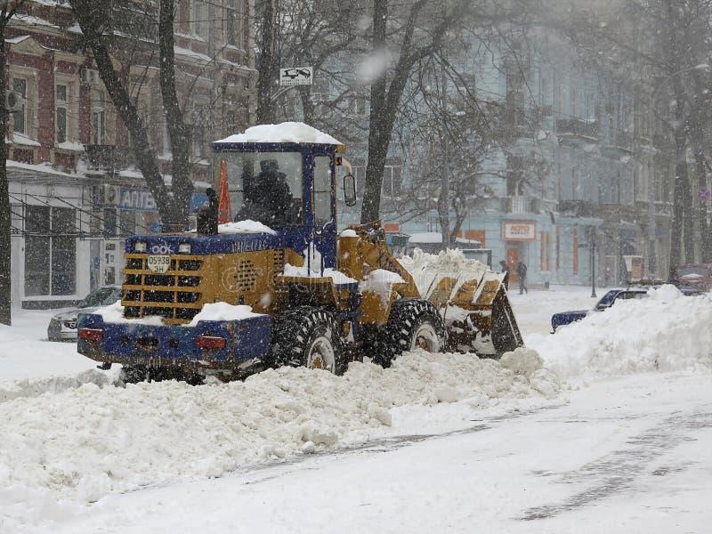 Machinessneeuwblazer De natuurrampenwinter, blizzard, verlamde de zware sneeuw de stad, instorting De sneeuw behandelde de cycloo royalty-vrije stock fotografie