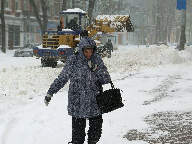 Machinessneeuwblazer De natuurrampenwinter, blizzard, verlamde de zware sneeuw de stad, instorting De sneeuw behandelde de cycloo stock foto's