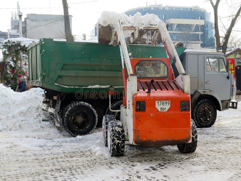 Machinessneeuwblazer De natuurrampenwinter, blizzard, verlamde de zware sneeuw de stad, instorting De sneeuw behandelde de cycloo royalty-vrije stock foto
