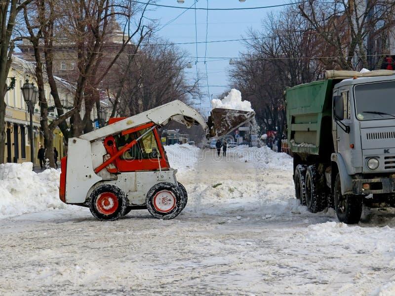 Machinessneeuwblazer De natuurrampenwinter, blizzard, verlamde de zware sneeuw de stad, instorting De sneeuw behandelde de cycloo royalty-vrije stock foto's