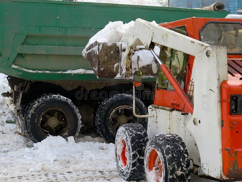Machinessneeuwblazer De natuurrampenwinter, blizzard, verlamde de zware sneeuw de stad, instorting De sneeuw behandelde de cycloo stock afbeelding