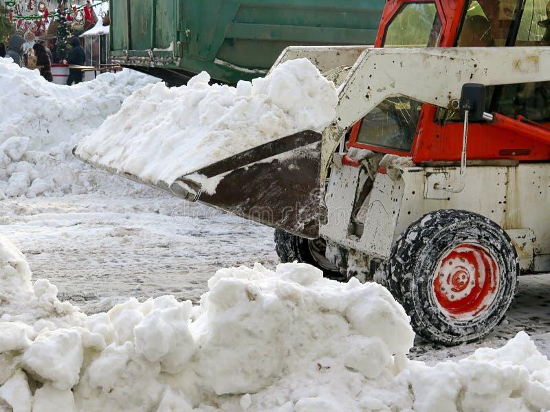 Machinessneeuwblazer De natuurrampenwinter, blizzard, verlamde de zware sneeuw de stad, instorting De sneeuw behandelde de cycloo royalty-vrije stock afbeelding