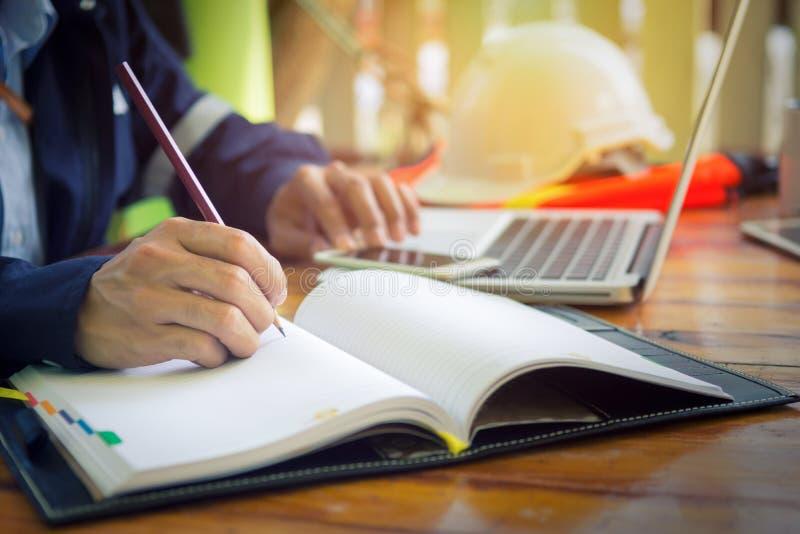 Machinez la main esquissant un projet de construction avec le crayon photos libres de droits