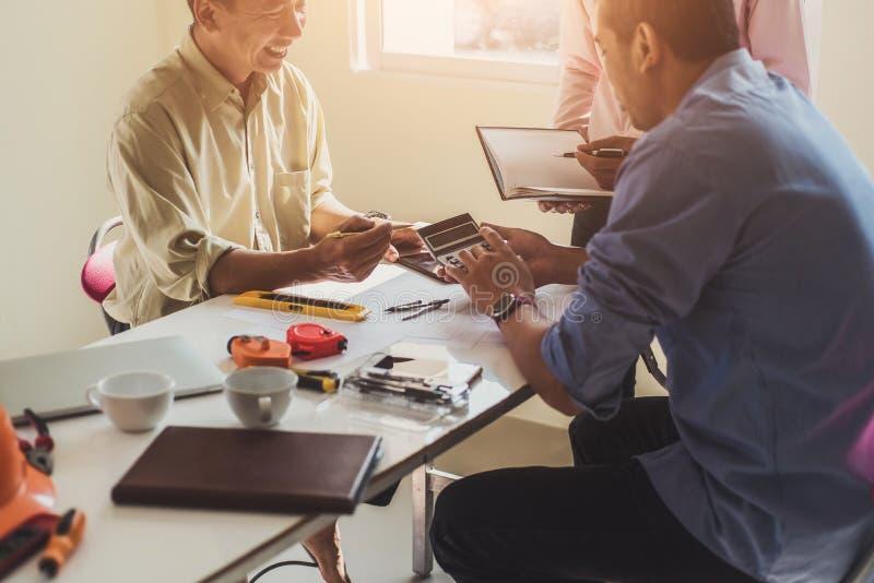 Machinez les personnes rencontrant travailler et diriger à l'des dessins dans le bureau pour la discussion Concept d'outils et de image stock