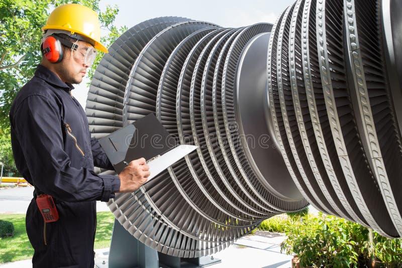 Machinez prendre des notes pour la turbine à vapeur d'entretien de la centrale électrique photographie stock libre de droits