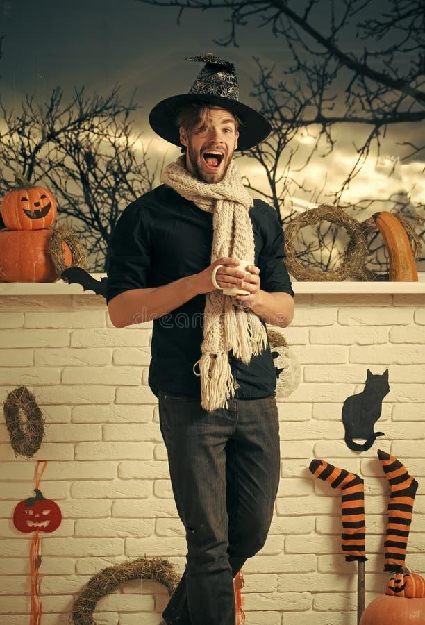 Machista de Halloween con el sombrero y la bufanda de la bruja de la boca que llevan abierta fotografía de archivo