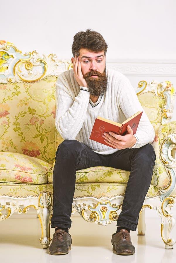 Machista en el libro de lectura agujereado de la cara Concepto de la literatura científica El hombre con la barba y el bigote se  imágenes de archivo libres de regalías