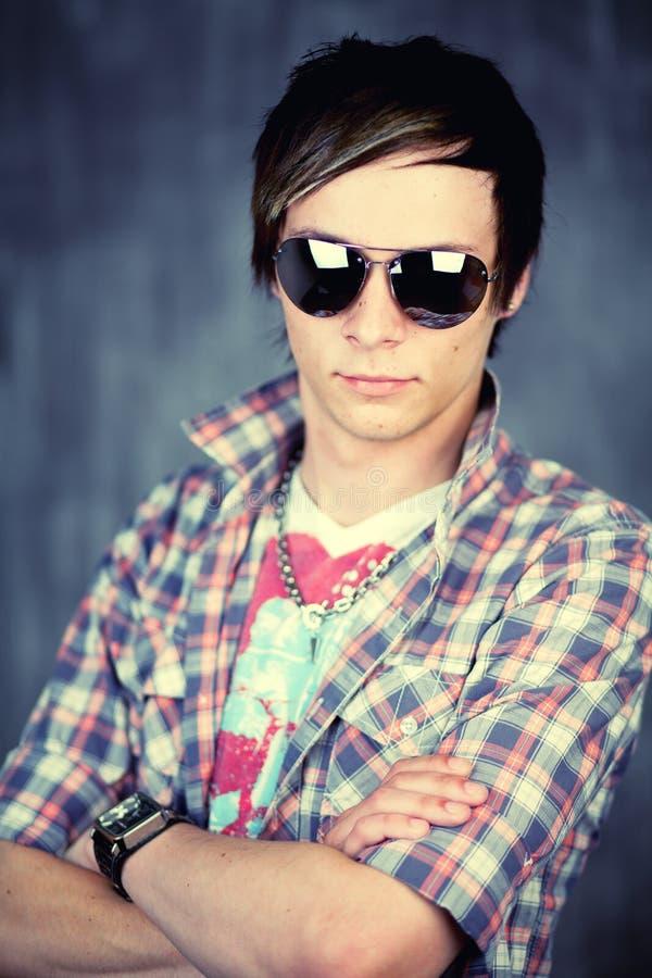 Macho adolescente nos óculos de sol fotografia de stock