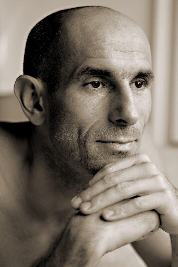 Macho adulto que pensa contemplando o pose foto de stock
