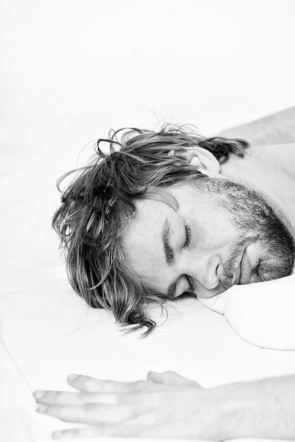 Macho attraente dell'uomo si rilassa e ritenere comodo Punte semplici per migliorare il vostro sonno Sonno barbuto non rasato del fotografia stock libera da diritti