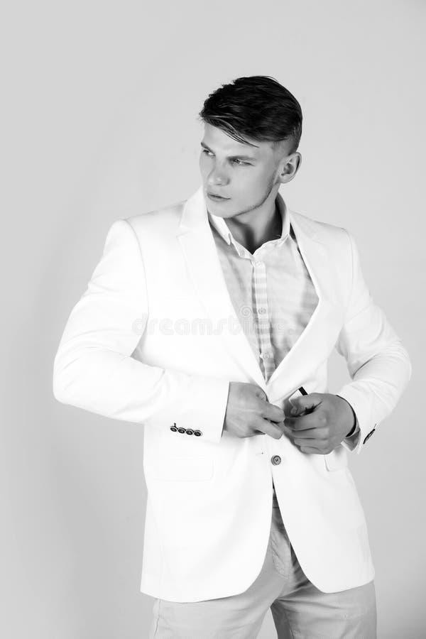 Macho boutonnant la veste blanche photo libre de droits