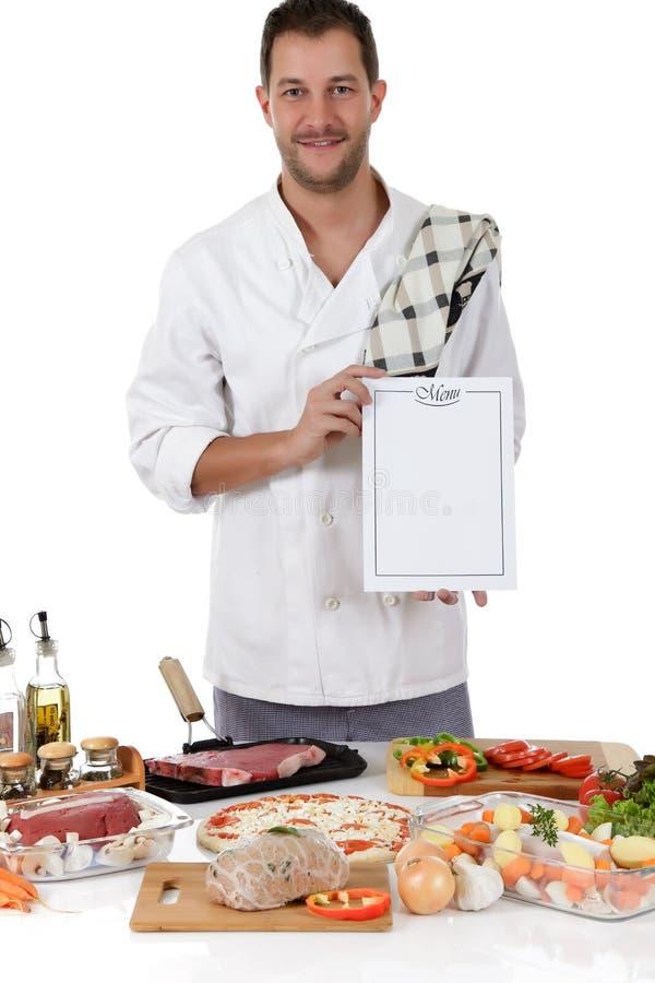 Macho caucasiano do cozinheiro chefe atrativo novo, menu fotografia de stock