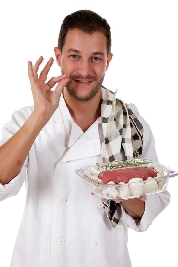 Macho caucasiano do cozinheiro chefe novo, rostbief saboroso fotos de stock royalty free