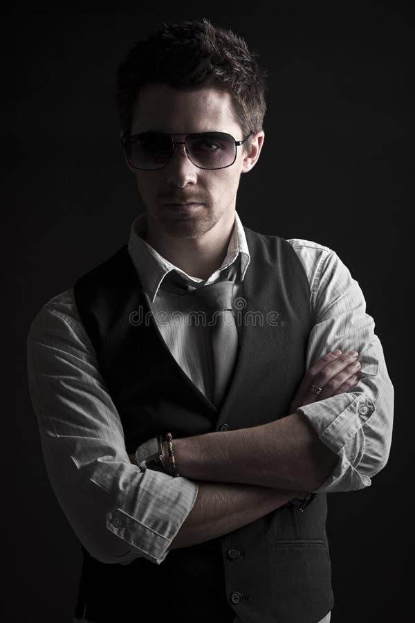 Macho considerável nos óculos de sol fotografia de stock