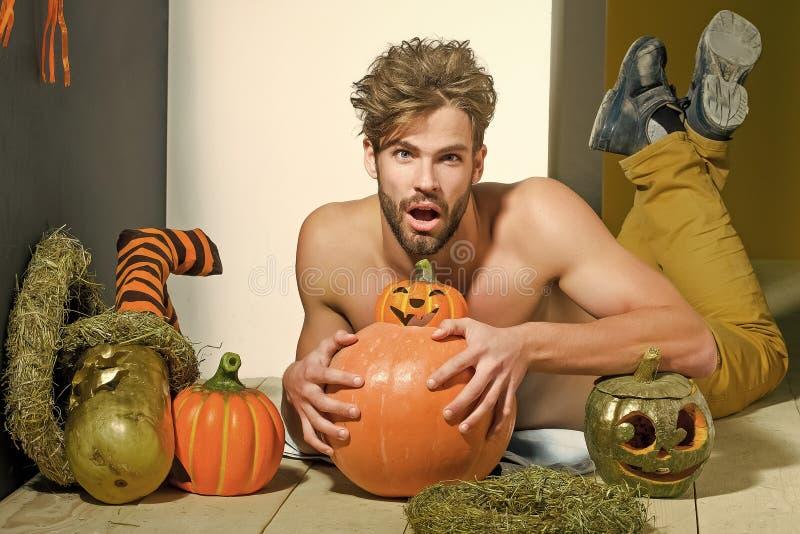 Macho de Halloween avec la bouche ouverte, les potirons et les bas rayés photographie stock
