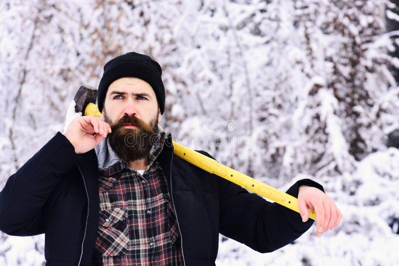 Macho in de winterkleren Kerel met nadenkend gezicht stock foto's