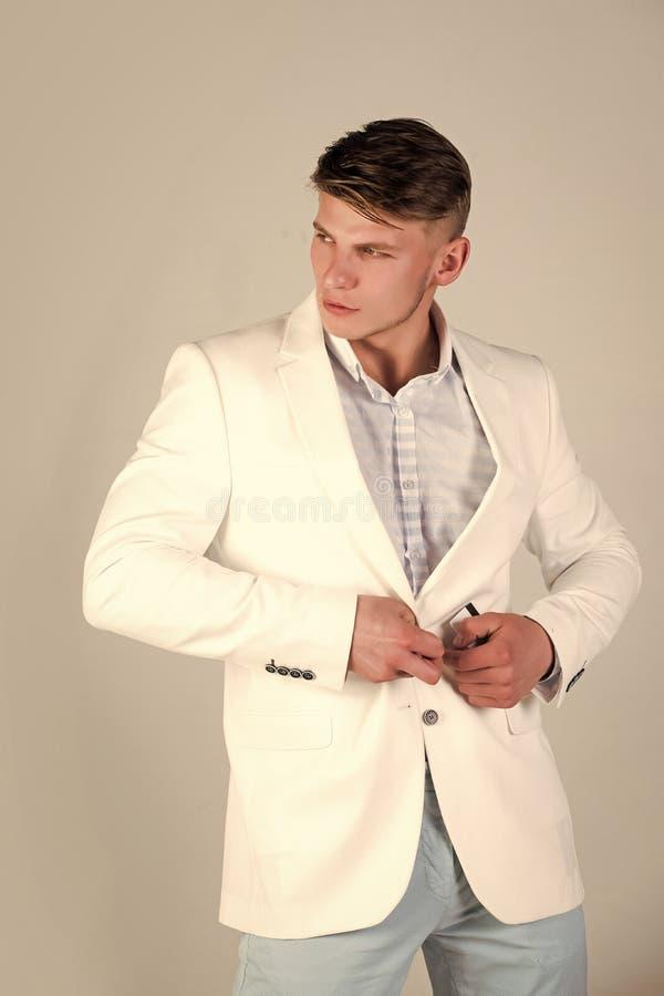 Macho die wit jasje dichtknopen royalty-vrije stock foto