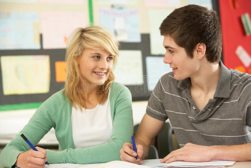 Macho e estudo adolescente fêmea dos estudantes foto de stock royalty free