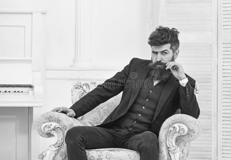 Macho elegancki na, atrakcyjny i Elita stylu życia pojęcie Mężczyzna z brodą i zdjęcia royalty free