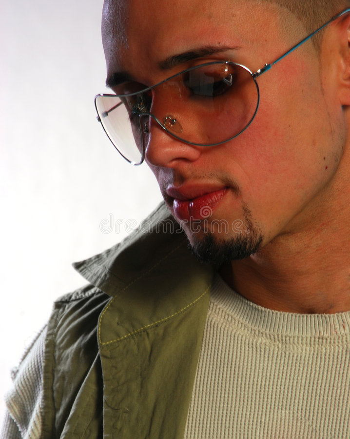 Macho latino-americano nos vidros foto de stock royalty free