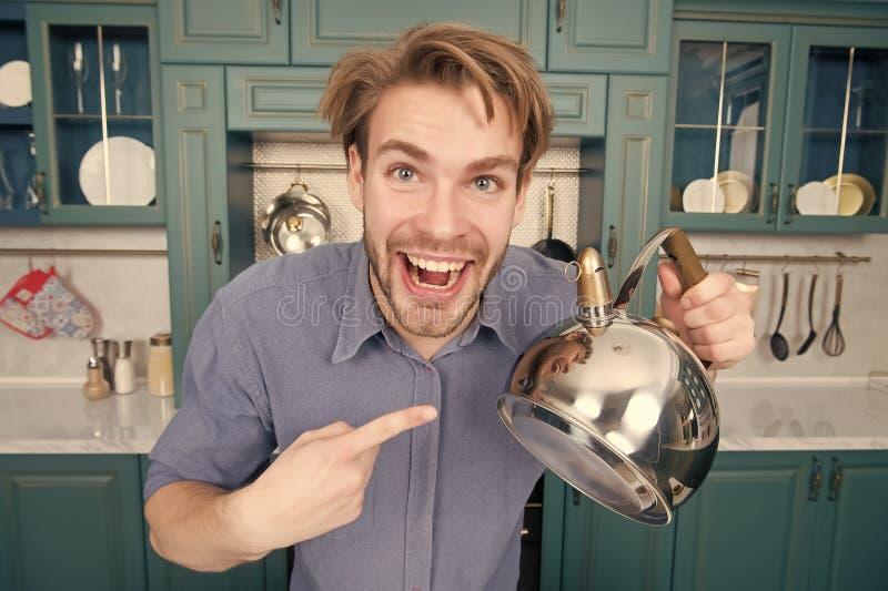 Macho med det lyckliga framsidapunktfingret på kokkärlet arkivbilder