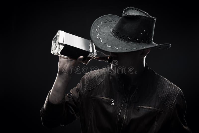 Macho med whisky royaltyfria foton