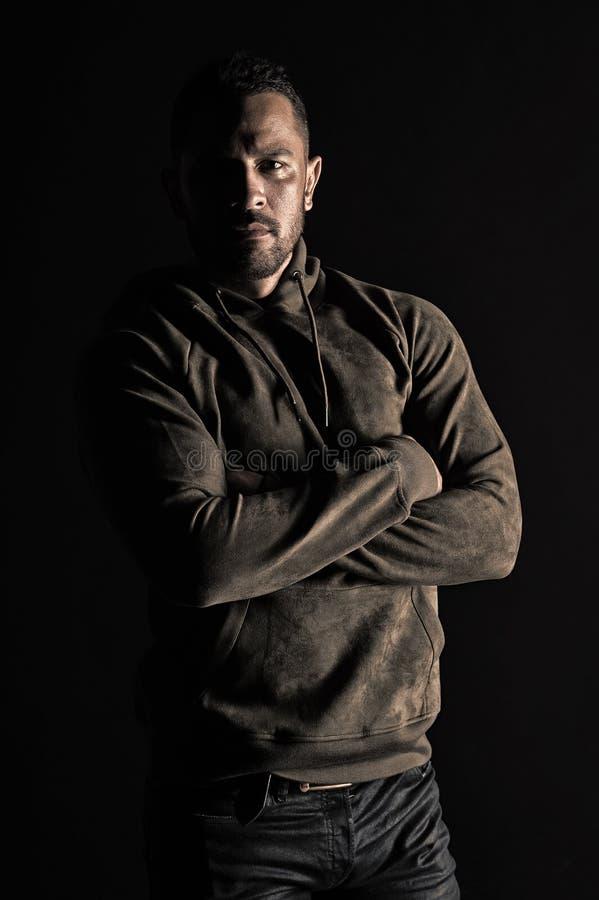 Macho mit zuf?lliger Kleidung der Bartabnutzung B?rtiger Mann mit den H?nden gefaltet im Sweatshirt Mode-Modell in der stilvollen stockfotos