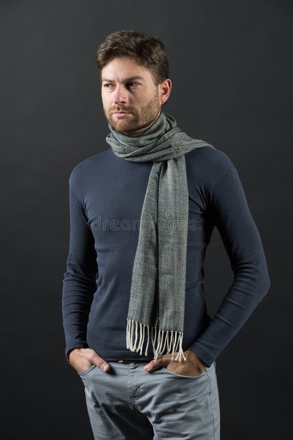 Macho na camiseta, lenço com mãos em uns bolsos fotografia de stock