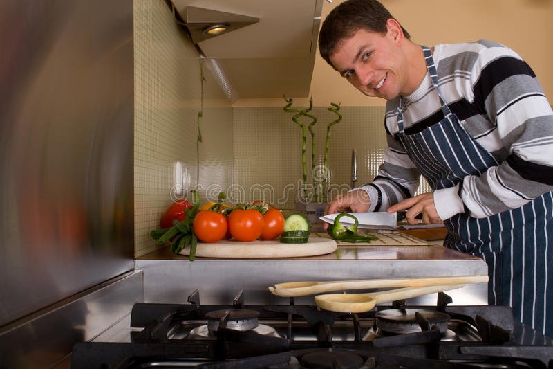 Macho na cozinha home imagens de stock royalty free