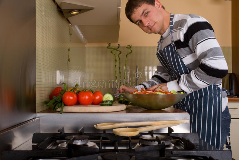 Macho na cozinha home fotografia de stock