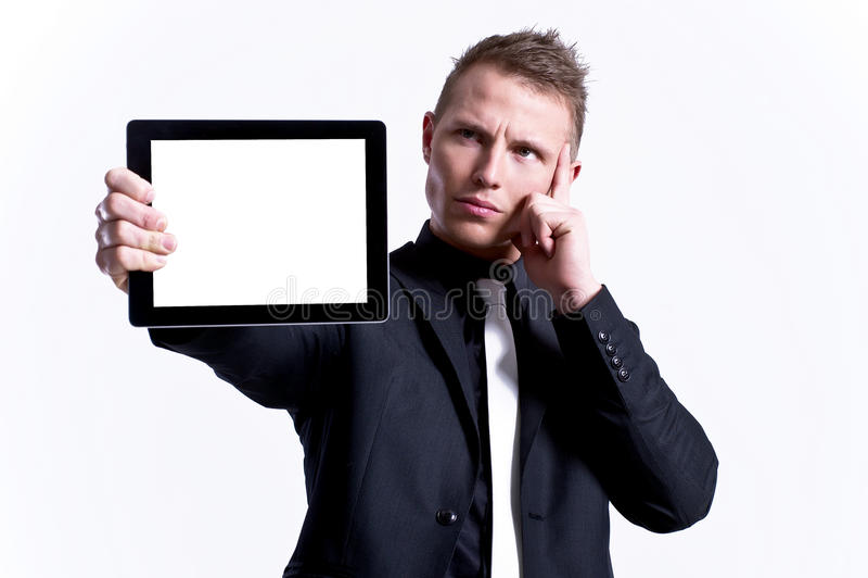 Macho novo que apresenta sua tabuleta de encontro fotografia de stock