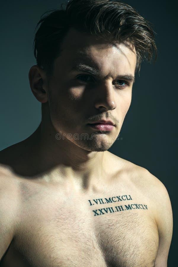 Macho på eftertänksam framsida med det muskulösa diagramet, idrottsman, kroppsbyggare Man med torson, muskulöst macho, skugga på  royaltyfria bilder