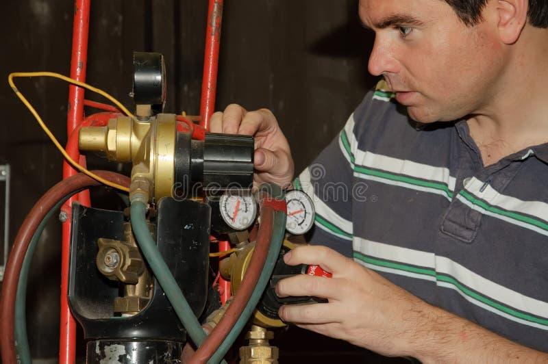 Macho que ajusta uma mistura do gás da soldadura fotografia de stock