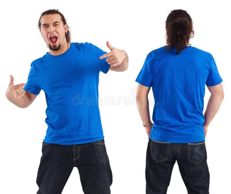 Macho que aponta em sua camisa azul em branco imagem de stock royalty free