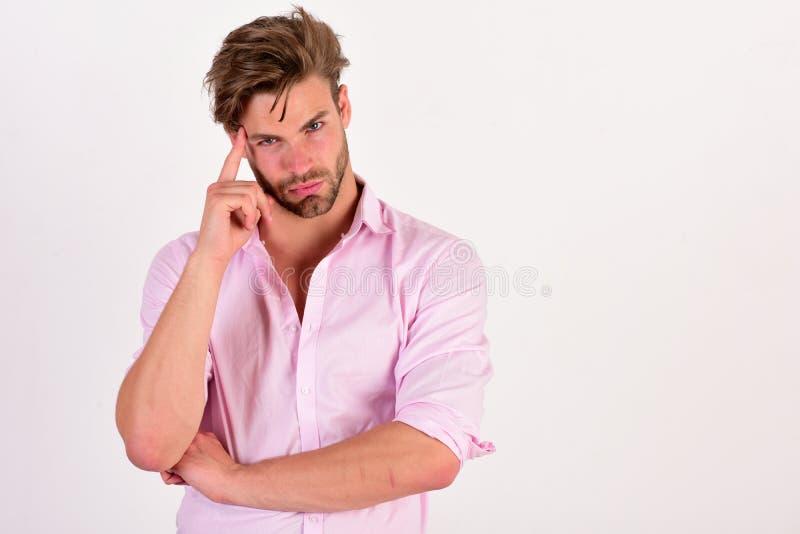 Macho rubs hans tempel Grabb med borstet i rosa skjorta royaltyfri fotografi