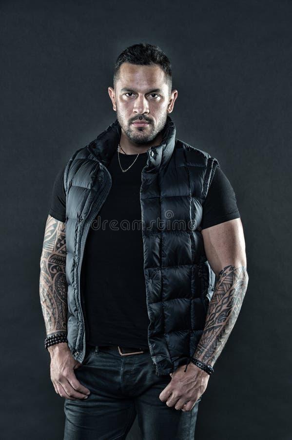 Macho strict brutal avec des tatouages Masculinité et brutalité Attribut brutal de tatouage Concept de culture de tatouage Homme  photographie stock libre de droits