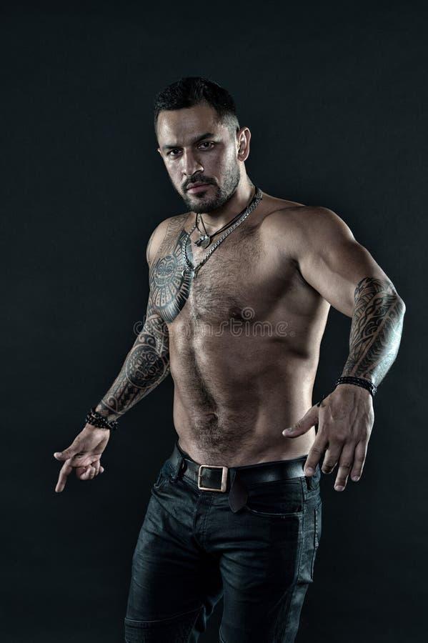 Macho strict brutal avec des tatouages Masculinité et brutalité Concept de culture de tatouage Attribut brutal de tatouage barbu image libre de droits
