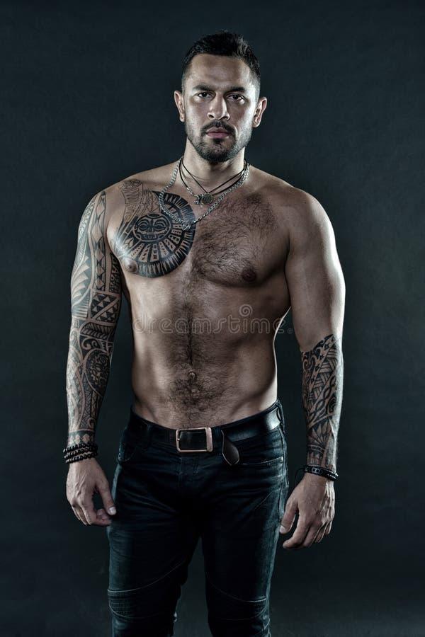 Macho strict brutal avec des tatouages Masculinité et brutalité Concept de culture de tatouage Attribut brutal de tatouage Homme  photographie stock libre de droits