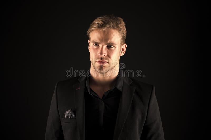 Macho toilett? bon beau d'homme sur le fond noir Se sentir s?r Beaut? et masculinit? masculines Type attirant images stock