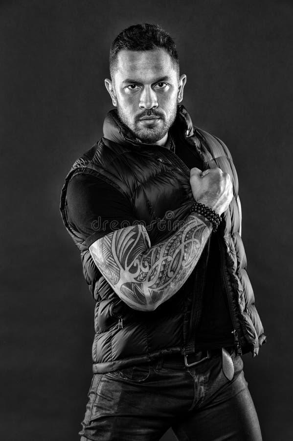 Macho z tatuażem na silnej ręce Tatuujący mięśniowy mężczyzna w modnym odziewa Mody atleta z zaufaniem i charyzma Tatuażu mod zdjęcia stock