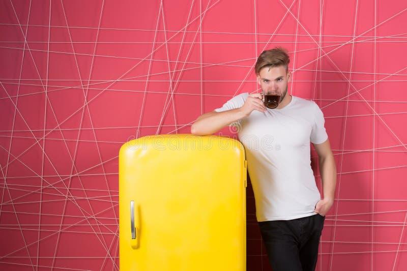 Machogetränk am Retro- Kühlschrank auf rosa Hintergrund Bemannen Sie Grifftasse tee oder Kaffee in der Küche Junggeselle mit Morg stockfotos