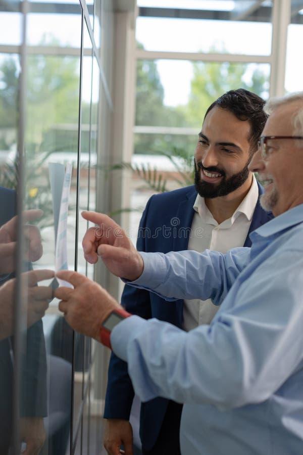 Machos animados trabalhando no centro de negócios com prazer imagens de stock royalty free