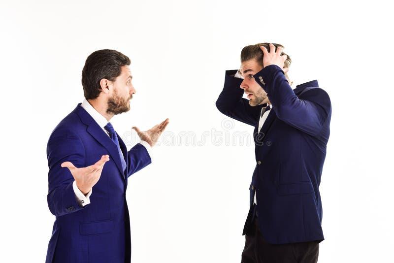 Machos w klasycznych kostiumach biznesowego argument Nieogolony mężczyzna arg zdjęcia royalty free