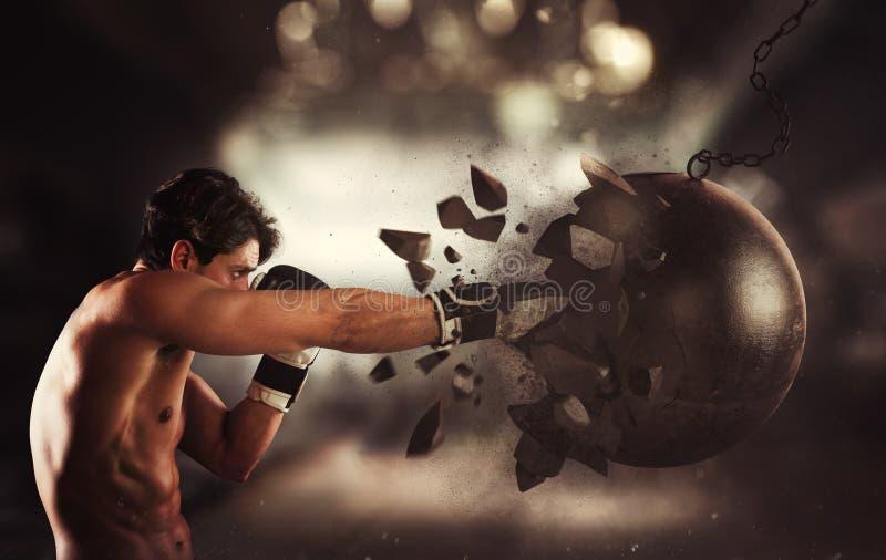 Macht en bepaling van een jonge spierbokser tegen een slopende bal royalty-vrije stock fotografie